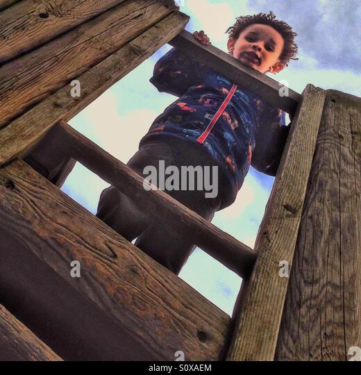 Ein kleiner Junge auf der Suche nach unten Stockbild