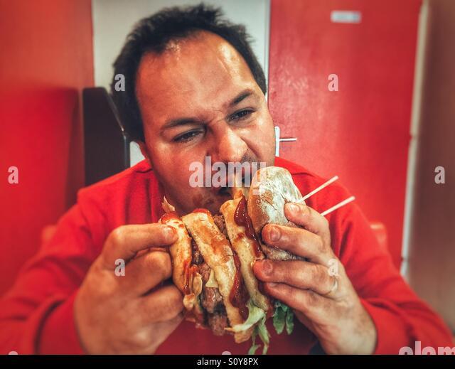 Menschen essen ungesund burger Stockbild