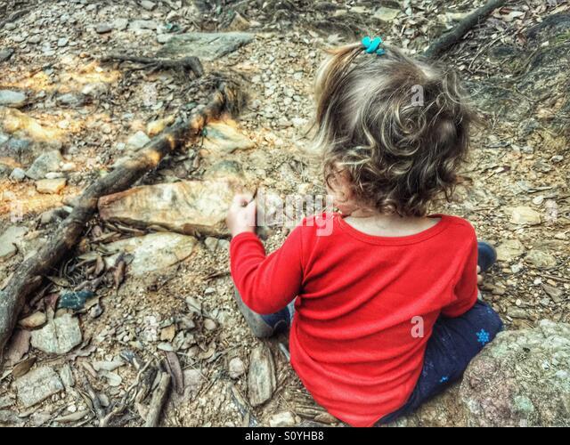 Kleinkind, die Natur entdecken Stockbild