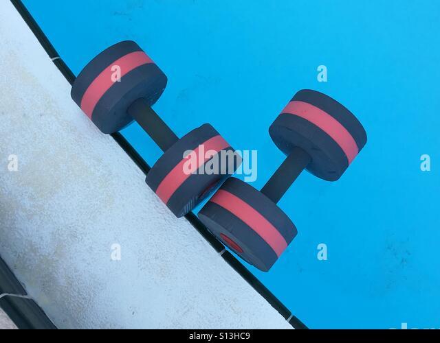 Wasser Aerobic Hanteln schwebend in einem Schwimmbad Stockbild