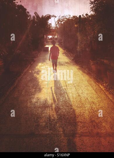 Kleinen Jungen zu Fuß entfernt - Stock-Bilder