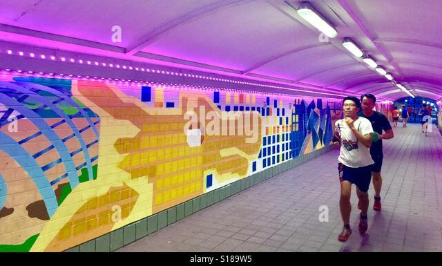 Singapur-Jogger in Singapurs Clark Quay Unterführung Stockbild