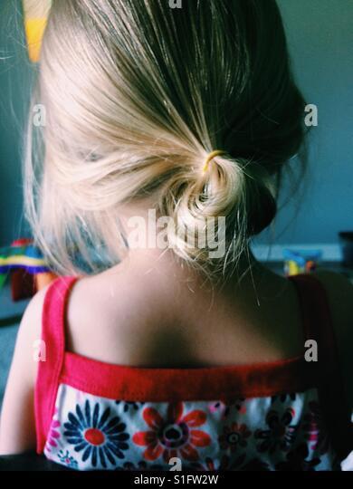 Junges Mädchen blonde Haare im Pferdeschwanz Stockbild