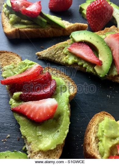Avocado-Toast mit Erdbeeren Stockbild