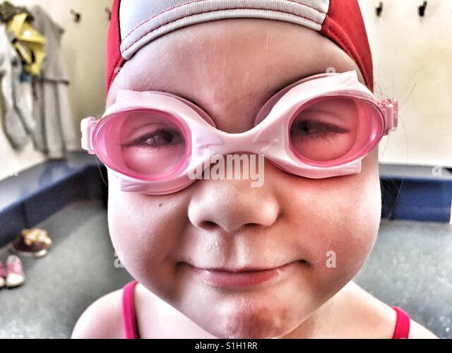 Mädchen in Schwimmbrillen Stockbild