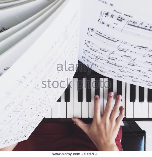 Hand einer Person mit dem Klavierspiel. Stockbild