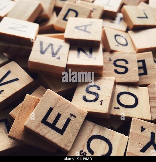 Eine Nahaufnahme von einem Haufen von Scrabble Buchstaben mit geringen Schärfentiefe Stockbild
