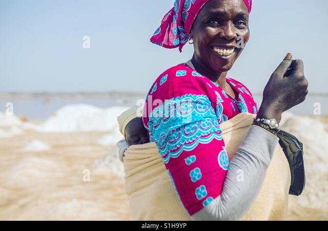 Senegalesische Frau mit ihrem Baby am See Retba / Pink Lake Stockbild