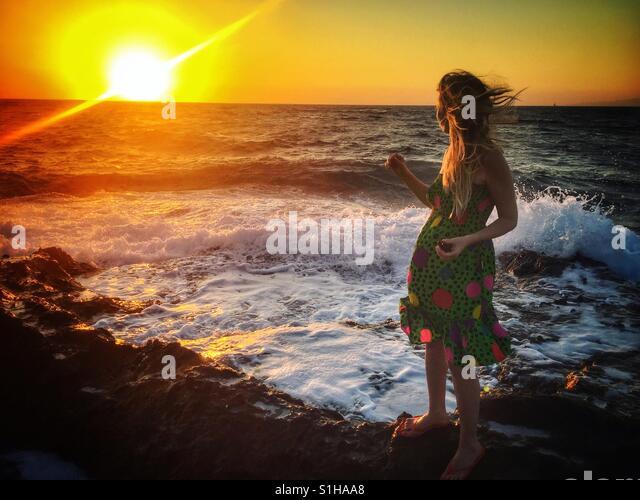 Junge Dame am Strand im Sonnenuntergang. Bodrum. Turkei Stockbild