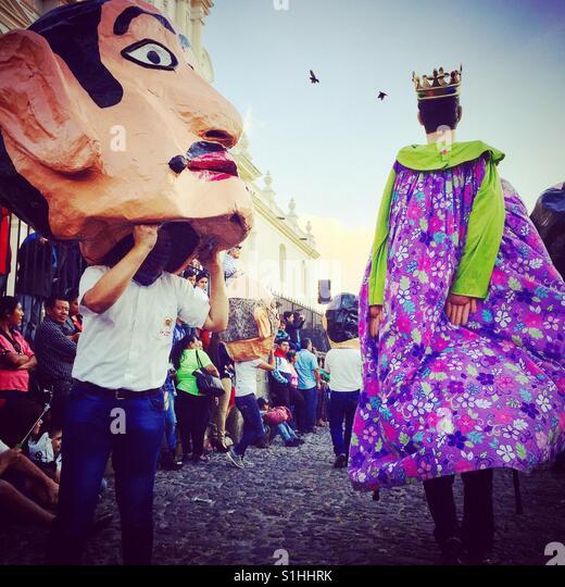 Tanz der Cabezones & Gigantes auf Vorabend des neuen Jahres in Antigua, Guatemala Stockbild