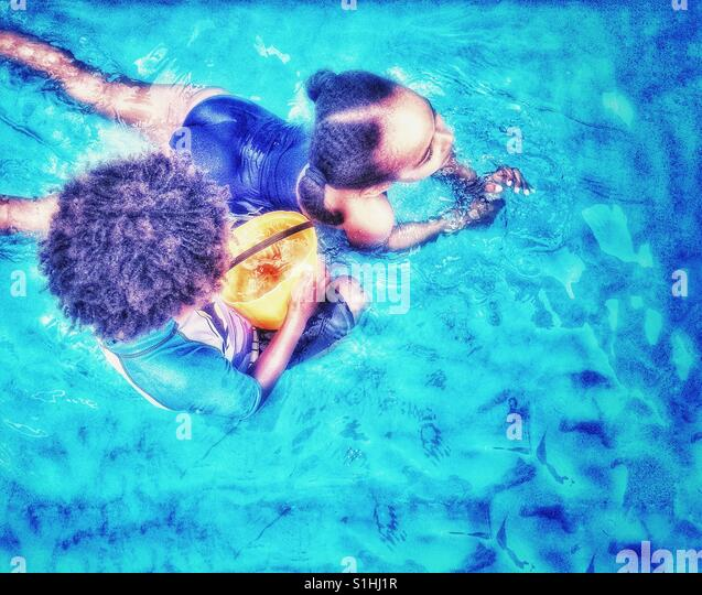 Kinder spielen einen Pool. Stockbild