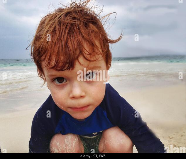 Ein drei Jahre alter Junge am Strand. Stockbild