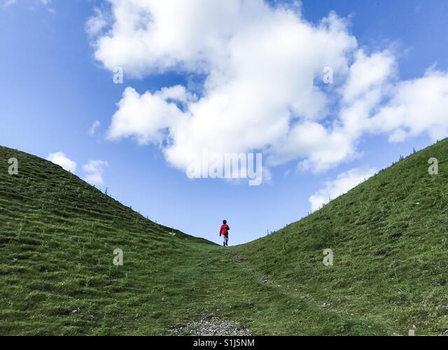 Ein Junge auf ein Abenteuer im Freien im Sommer in England. Stockbild