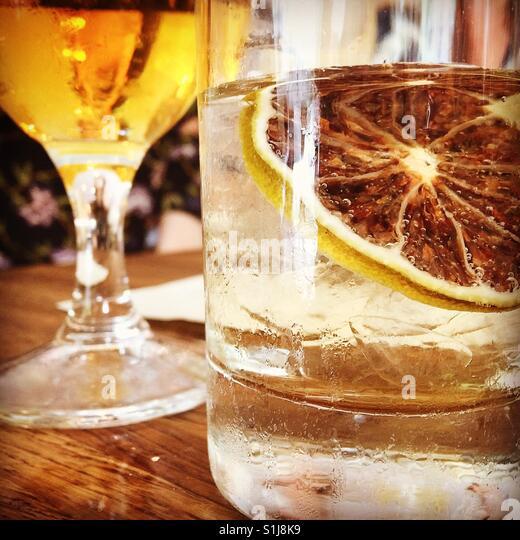 Happy Hour Drink mit Zitronenscheibe. Stockbild