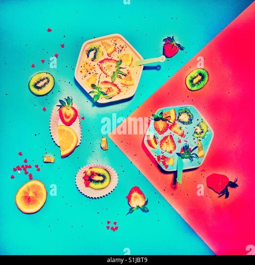 Gesundes Obst Dessert auf blau rosa Hintergrund Stockbild