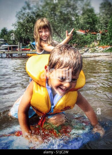 Kinder spielen im Wasser Stockbild