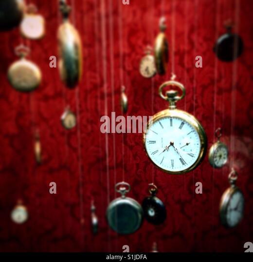 Zeit-Stücke hängen in der Auslage ein Antiquitätengeschäft in Mexiko-Stadt. Stockbild