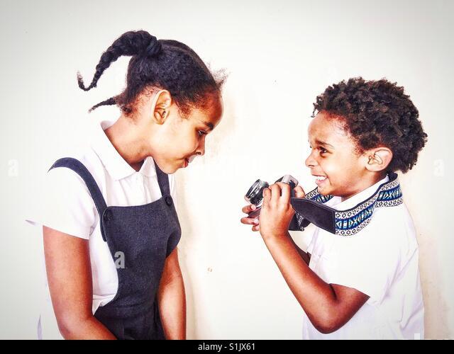 Kinder spielen mit einer Kamera. Stockbild