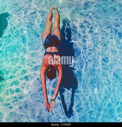 Frau, schwimmen. Quadratische Ernte. Stockbild