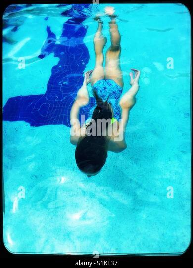 Mädchen unter Wasser schwimmen im pool Stockbild