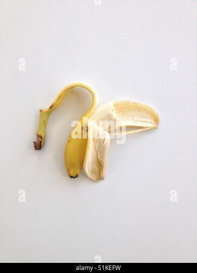 Teil geschälte Banane auf weißem Hintergrund (Hochformat). Von Matthew Oakes genommen. Stockbild
