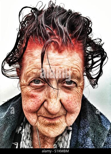 80 - Jahre alte Frau nach zum Selbermachen Haare färben Anwendung, Bawdsey, Suffolk, England. Stockbild