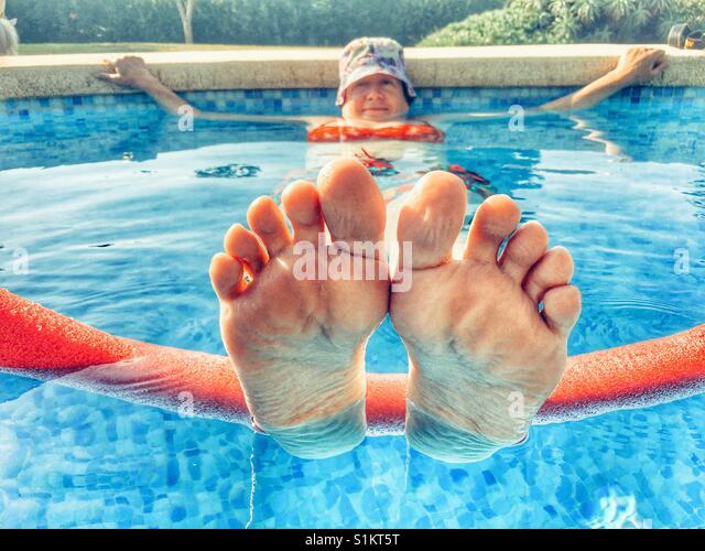 Frau im Schwimmbad, in einer Hitzewelle kühl zu halten Stockbild