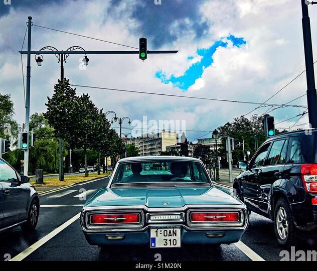 Oldtimer auto Ford Thunderbird bei rotem Licht in Brüssel, Belgien gestoppt Stockbild