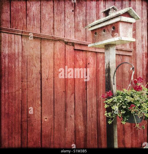 Rote Scheune und Bird House Stockbild