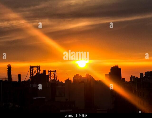 Sonnenuntergang über Lower Manhattan von einem Fenster in Williamsburg, Brooklyn. Stockbild