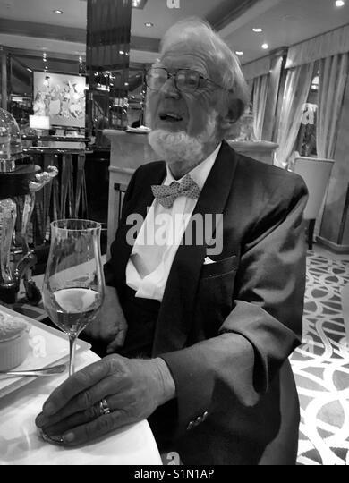 Älterer mann Fine Dining Stockbild