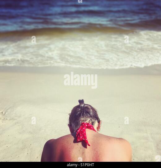 Frau an Ocean Edge. Stockbild