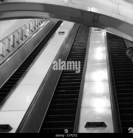 Stillgelegte Rolltreppe und Treppe im Charing Cross Station London in Schwarz und Weiß Stockbild