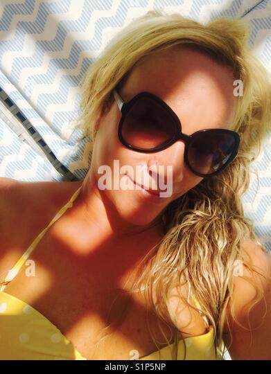 Blonde Frau mit Badeanzug Stockbild