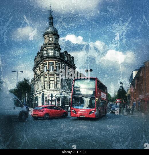 Street Scene. Red London Bus und Pkw, mit Boston Arms Pub hinter, Tufnell Park, London, England Stockbild