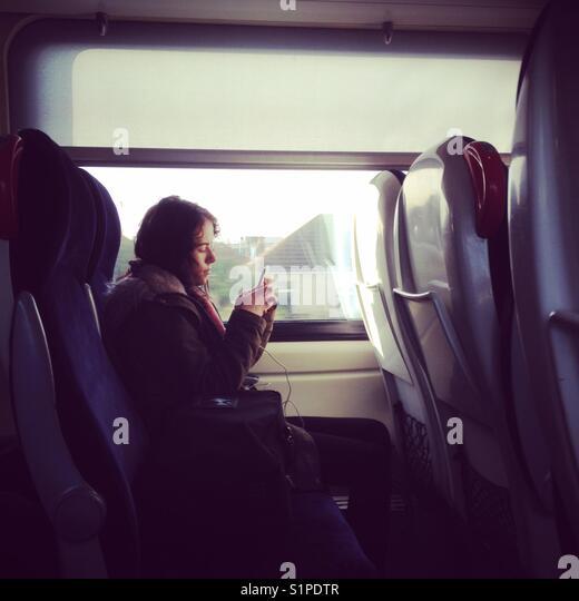 Handy im Zug Stockbild
