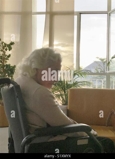 Nostalgische alte Frau in einem Pflegeheim. Stockbild