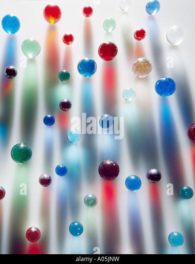 Crear coloridos mármoles coloreados interesantes sombras largas Imagen De Stock
