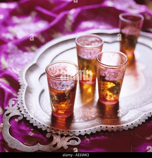 Vasos pequeños de Oriente Medio con té a la menta en una bandeja Imagen De Stock