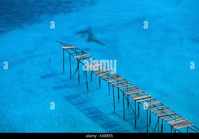 Rotura de muelle de madera cerca de Porticello, Isla de Lipari, las Islas Eolias, Italia Imagen De Stock