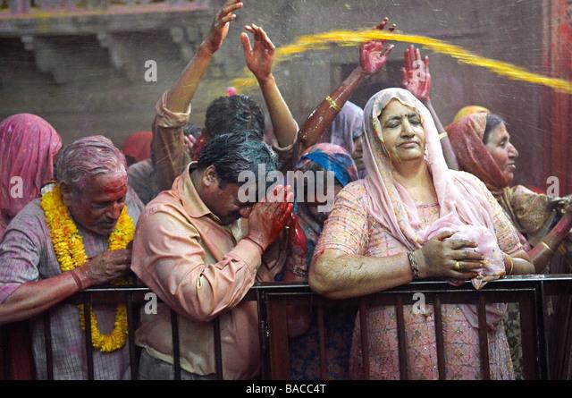 La India, Uttar Pradesh, templo dedicado al dios Krishna, Holi Festival, el color y la fiesta de la primavera Imagen De Stock