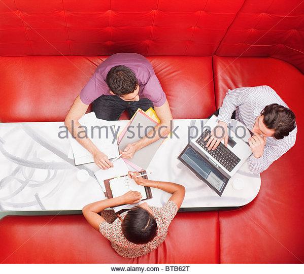 Gente de negocios sentada en el stand tener una reunión Imagen De Stock