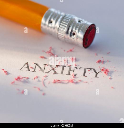 Foto de estudio de lápiz de borrar la palabra ansiedad de un pedazo de papel Imagen De Stock