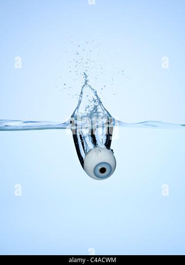 Un globo ocular cayó en un poco de agua Imagen De Stock
