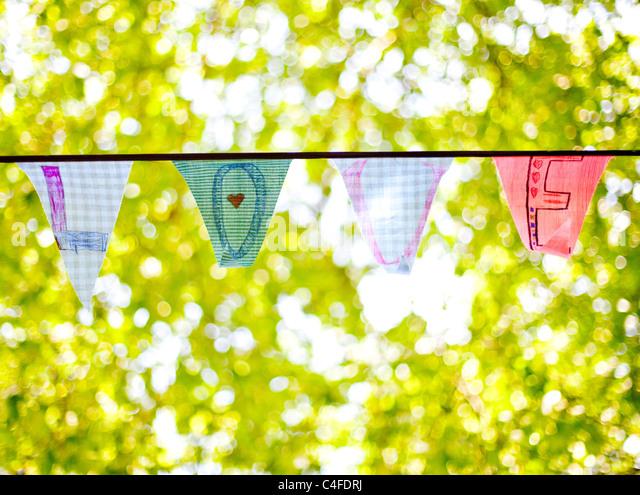 Una línea de bunting banderas ortografía 'amor' Imagen De Stock