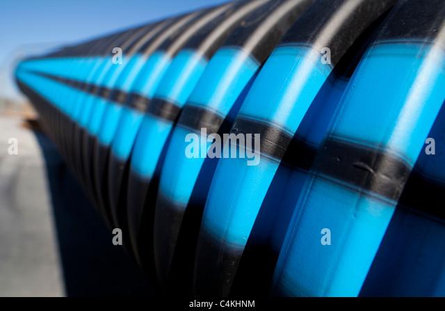 Azul y negro rayas en la superficie del tubo de agua de PVC ranurado Imagen De Stock