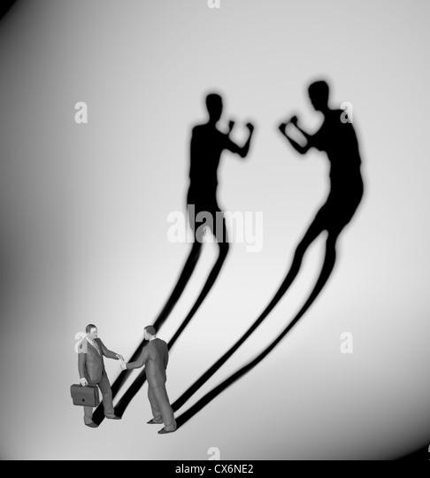Dos propietarios proyectan una sombra con forma dos luchadores Imagen De Stock