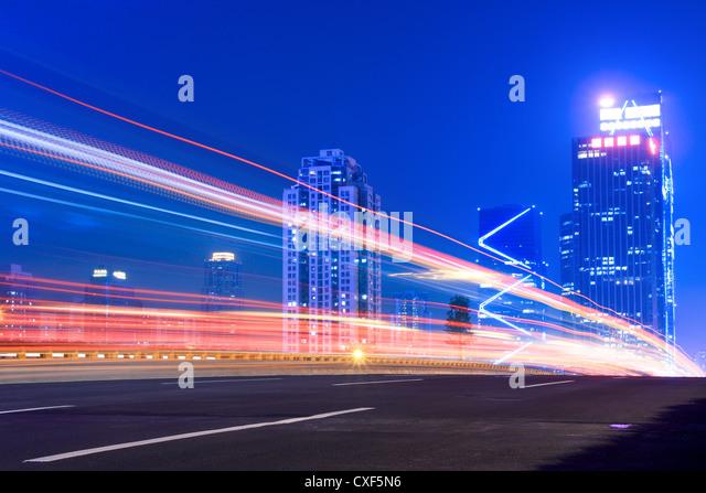 Estelas de luz en la carretera Imagen De Stock
