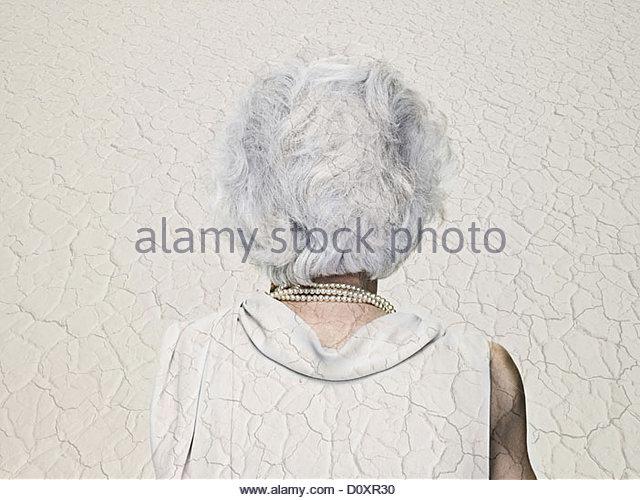 Mujer Senior double exposed con un paisaje árido Imagen De Stock