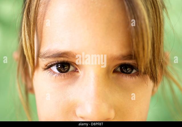 Los jóvenes y las emociones, retrato de niña seria mirando a la cámara. Primer plano de los ojos Imagen De Stock